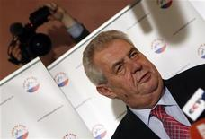 El ex primer ministro izquierdista Milos Zeman ganó la primera vuelta de las primeras elecciones presidenciales directas de la República Checa, pero se enfrentará a un fuerte contrincante para la segunda, dentro de dos semanas, según mostraron el sábado los resultados parciales. En la imagen, Zeman se dirige a los medios en Praga, el 12 de enero de 2013. REUTERS/Petr Josek