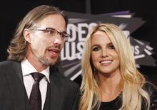 """Cantora Britney Spears e o namorado Jason Trawick chegam ao MTV Video Music Awards, em Los Angeles, em agosto de 2011. A estrela pop Britney Spears terminou seu noivado com Jason Trawick e sua participação como jurada do programa de talentos """"The X Factor"""". 28/08/2011 REUTERS/Danny Moloshok"""