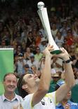 Espanhol David Ferrer levanta troféu e comemora após vencer o alemão Philipp Kohlschreiber durante a final do Heineken Open em Auckland, na Nova Zelândia. 12/01/2013 REUTERS/Nigel Marple