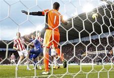 Deux buts contre son camp de l'attaquant de Stoke City Jonathan Walters (à gauche) ont lancé samedi Chelsea vers un succès 4-0 qui offre un bol d'air au manager Rafael Benitez et envoie les Londoniens sur le podium de la Premier League. /Photo prise le 12 janvier 2013/REUTERS/Darren Staples