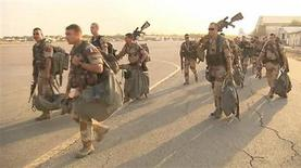 """Soldats français quittant N'Djamena au Tchad pour rejoindre le Mali. François Hollande a dit samedi sa """"confiance"""" dans la réussite de l'opération engagée avec l'aide de la France contre les islamistes au Mali, qui a déjà permis selon lui de porter un """"coup d'arrêt"""" à la progression de la rébellion. /Capture d'écran du 12 janvier 2013/REUTERS/Établissement de communication et de production audiovisuelle de la défense (ECPAD) via Reuters Tv"""