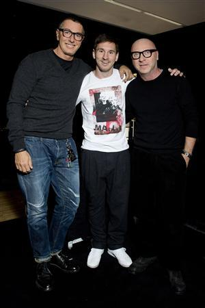 Barcelona soccer player Lionel Messi (C) poses for a photo with Italian designers Stefano Gabbana (L) and Domenico Dolce in downtown Milan January 11, 2013. REUTERS/Dolce&Gabbana Press Office/Handout