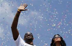 Los Angeles Lakers guard Kobe Bryant waves to fans along with his wife Vanessa (R) during their NBA Championship parade in Los Angeles, California, June 21, 2010. REUTERS/Lucy Nicholson