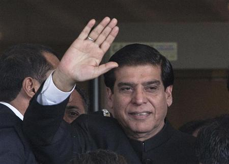 Pakistan's Prime Minister Raja Pervez Ashraf waves after arriving at the Supreme Court in Islamabad August 27, 2012. REUTERS/Mian Khursheed