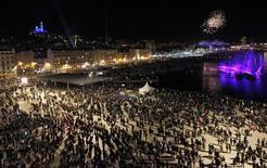 Samedi soir, plus de 350.000 spectateurs se sont pressés sur le Vieux-Port de Marseille et les alentours pour célébrer la capitale européenne de la culture 2013. /Photo prise le 12 janvier 2013/REUTERS/Jean-Paul Pelissier