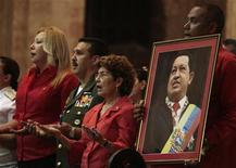 El presidente de Venezuela, Hugo Chávez, se recupera en Cuba y no está en coma, ni su familia está discutiendo la desconexión de los equipos que supuestamente le alargan la vida, dijo el hermano mayor del mandatario que ya lleva un mes de difícil postoperatorio en la isla. En la imagen, una misa por la salud de Chávez en La Habana, el 12 de enero de 2013.REUTERS/STRINGER