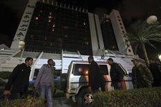 El cónsul italiano en Bengasi resultó ileso el sábado tras un ataque a tiros contra el automóvil en el que se desplazaba en esta ciudad del este de Libia, dijo el Ministerio de Relaciones Exteriores de Italia. En la imagen, oficiales de seguridad junto al coche atacado del cónsul, en Bengasi, el 12 de enero de 2013. REUTERS/Esam Al-Fetori