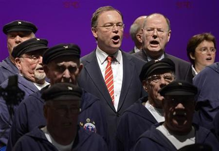 Lower Saxony's Social Democratic (SPD) top candidate Stephan Weil (background C) and Peer Steinbrueck (background 2nd R) Social Demrocratic top candidate for the 2013 German general elections sing with a chantey chorus during an election campaign in Emden, January 4, 2013. REUTERS/Fabian Bimmer (GERMANY - Tags: POLITICS)