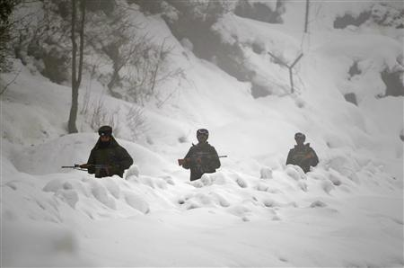Indian army soldiers patrol near the Line of Control in Churunda village, about 129 km (80 miles) northwest of Srinagar, January 12, 2013. REUTERS/Danish Ismail