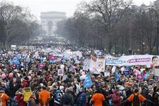 Des dizaines de milliers d'opposants au projet de loi sur le mariage et l'adoption pour tous manifestent à Paris avec l'espoir de contraindre le gouvernement à revoir cette promesse de campagne de François Hollande. /Photo prise le 13 janvier 2013/REUTERS/Benoît Tessier