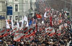 Марш оппозиции в Москве 13 января 2013 года. Десятки тысяч человек вышли на улицы морозным январским днем на первую в этом году акцию протеста, чтобы выразить несогласие с решением Кремля запретить усыновление сирот американцами в ответ на санкции Вашингтона против российских чиновников, нарушающих права человека. REUTERS/Sergei Karpukhin