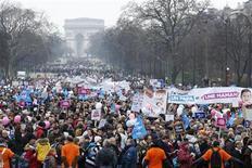 Trenes, autobuses y coches marcharon hacia París el domingo con personas de toda Francia que acudían a una manifestación masiva contra el matrimonio homosexual, una controvertida reforma que el presidente François Hollande se comprometió a promulgar en junio. En la imagen, la manifestación en París, el 13 de enero de 2013. REUTERS/Benoit Tessier
