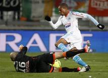 L'Olympique de Marseille a trouvé un accord avec le club anglais de Newcastle pour le transfert de Loïc Rémy. L'attaquant de 26 ans, qui était dans le groupe pour le match de Ligue 1 à Sochaux, dimanche, a donc quitté ses coéquipiers pour aller négocier les termes d'un contrat avec le 16e de Premier League. /Photo prise le 9 décembre 2012/REUTERS/Philippe Laurenson