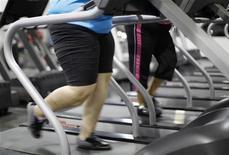 Para no abandonar el propósito de Año Nuevo de ponerse en forma en 2013, los expertos aconsejan establecer metas difíciles, pero factibles. En la imagen de archivo, dos mujeres corren en una cinta en un gimnasio de Englewood, Estados Unidos. REUTERS/Rick Wilking