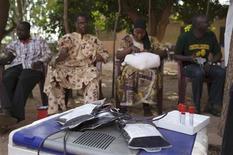 Cazas franceses bombardearon a rebeldes islamistas en Mali por tercer día consecutivo el domingo, mientras París desplegaba a más soldados en la capital Bamako, a la espera de la llegada de una fuerza de Africa Occidental para expulsar a los insurgentes vinculados con Al Qaeda del norte del país. En la imagen, malienses dondan sangre para los soldados que combaten contra los islamistas aliados de Al Qaeda en el norte del país,en Bamako, el 13 de enero de 2013. REUTERS/Joe Penney