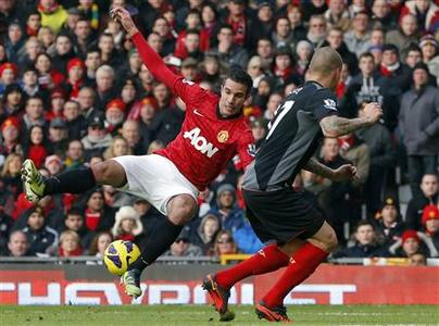 Liverpool's Martin Skrtel (R) challenges Manchester United's Robin van Persie during their English Premier League soccer match at Old Trafford in Manchester, northern England, January 13, 2013. REUTERS/Phil Noble