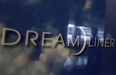 Le Boeing 787 Dreamliner de la Japan Airlines qu'une fuite de carburant avait empêché de décoller de Boston mardi a été victime dimanche d'un problème similaire lors de vérifications effectuées à Tokyo. /Photo prise le 9 janvier 2013/REUTERS/Shohei Miyano