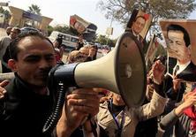 Egipto ordenó el domingo la repetición del juicio al depuesto presidente Hosni Mubarak después de aceptar la apelación contra su cadena perpetua, abriendo una vieja herida en la dolorosa transición tras décadas de gobierno autoritario. En la imagen, partidarios de Mubarak celebran el fallo en El Cairo, el 13 de enero de 2013. REUTERS/Mohamed Abd El Ghany