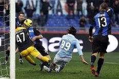 Sergio Floccari (au centre) de la Lazio marque contre l'Atalanta Bergame. La Lazio, victorieuse 2-0, est revenue à trois points du leader du championnat italien, la Juventus Turin, qui a concédé le match nul 1-1 à Parme. /Photo prise le 13 janvier 2013/REUTERS/Giampiero Sposito