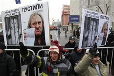 """Decenas de miles de personas, algunas calificando al presidente Vladimir Putin como un """"asesino de niños"""", se manifestaron el domingo en Moscú contra la ley que prohíbe a los estadounidenses adoptar niños rusos. En la imagen, participantes en la manifestación en Moscú, el 13 de enero de 2013. REUTERS/Sergei Karpukhin"""
