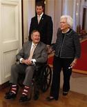 Ex-presidente dos EUA, George H.W. Bush (E) e ex-primeira-dama Barbara Bush na Casa Branca, em Washington, em maio de 2012.O ex-presidente dos EUA George H.W. Bush, que está hospitalizado em Houston desde novembro, pode ter alta nos próximos dias. 31/05/2012 REUTERS/Larry Downing