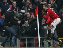 Patrice Evra, do Manchester United, comemora gol contra o Liverpool com Robin van Persie (D) durante partida do Campeonato Inglês, em Old Trafford, em Manchester. 13/01/2013 REUTERS/Phil Noble