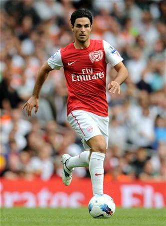 Arsenal's Mikel Arteta runs with the ball during the English Premier League soccer match against Swansea City at the Emirates Stadium in London September 10, 2011. REUTERS/Philip Brown
