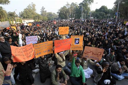 Shiite Muslims gather to protest against last Thursday's twin bomb attack in Quetta, in Lahore January 13, 2013. Protests against attacks on Shi'ites spread across Pakistan on Sunday as the prime minister flew to the western city of Quetta to meet mourners who refused to bury their dead until the government promised them better protection from Sunni militants. REUTERS/Mani Rana