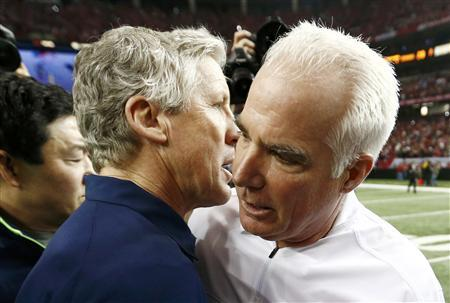Atlanta Falcons head coach Mike Smith (R) speaks with Seattle Seahawks head coach Pete Carroll after the Falcons defeated the Seahawks in their NFL NFC Divisional playoff football game in Atlanta, Georgia January 13, 2013. REUTERS/Chris Keane