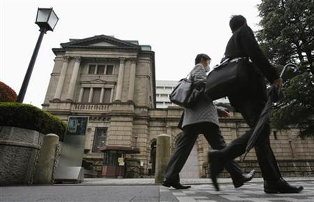 People pass the Bank of Japan headquarters building in Tokyo December 17, 2012. REUTERS/Yuriko Nakao/Files