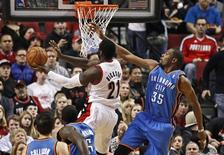 Portland Trail Blazers center J.J. Hickson (21) shoots as Oklahoma City Thunder small forward Kevin Durant (35) defends, during the first quarter of their NBA basketball game in Portland, Oregon, January 13, 2013. REUTERS/Steve Dipaola