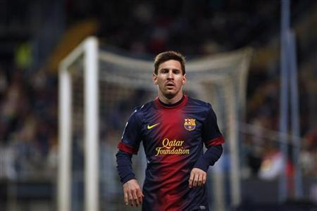 Barcelona's Lionel Messi runs to kick a corner against Malaga during their Spanish first division soccer match at La Rosaleda stadium in Malaga, southern Spain, January 13, 2013. REUTERS/Jon Nazca