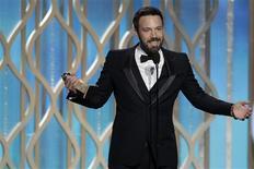 """La 70e cérémonie des Golden Globes, sorte de répétition générale avant les Oscars, a récompensé """"Argo"""", le film de Ben Affleck racontant le sauvetage de diplomates américains exfiltrés d'Iran après la révolution islamique de 1979. L'acteur, qui joue dans le film, a également obtenu la statuette du meilleur réalisateur. /Photo prise le 13 janvier 2013/REUTERS/Paul Drinkwater/NBC"""
