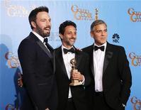 """El drama de los rehenes en Irán """"Argo"""" y la adaptación al cine del musical """"Los Miserables"""" fueron los grandes ganadores de los premios Globos de Oro el domingo, mientras que el supuesto favorito """"Lincoln"""" recibió sólo un trofeo. En la imagen, el productor y director Ben Affleck (I) posa con los productores de """"Argo"""" Grant Heslov (C) y George Clooney tras ganar Affleck el Globo de Oro como mejor director en la 70 edición de estos premios que concede la Asociación de la Prensa Extranjera de Hollywood, en Beverly Hills, California, el 13 de enero de 2013. REUTERS/Lucy Nicholson"""