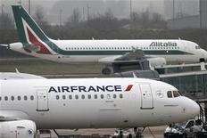 Un aereo Alitalia sorpassa uno Air France all'aeroporto Charles de Gaulles a Roissy, vicino Parigi. 8 gennaio 2013. REUTERS/Charles Platiau