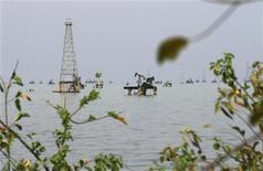 Нефтяное месторождение в венесуэльском городе Кабимас 22 марта 2012 года. Нефть дорожает на фоне возобновившихся опасений за поставки с Ближнего Востока и надежд на ускорение роста глобальной экономики. REUTERS/Isaac Urrutia