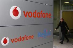 La división española de Vodafone dijo el lunes que ha convocado a los sindicatos para iniciar negociaciones sobre un recorte de su plantilla, pero no quiso dar más detalles sore el motivo o el alcance del ajuste. En la imagen, una mujer pasa junto a un logo de Vodafone en Luxemburgo el 20 de noviembre de 2012. REUTERS/François Lenoir