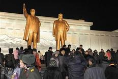 La responsable de derechos humanos de Naciones Unidas, Navi Pillay, pidió el lunes una investigación internacional sobre lo que ella considera décadas de graves violaciones en Corea del Norte. En la imagen, norcoreanos visitan las estatuas del fundador de Corea del Norte Kim Il-sung (I) y de su hijo y ex líder Kim Jong-il en Pyongyang, en esta imagen sin fecha difundida por Kyodo, el 1 de enero de 2013. REUTERS/Kyodo