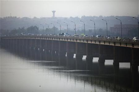 Vehicles cross on a bridge in the Malian capital of Bamako, January 12, 2013. REUTERS/Joe Penney (MALI - Tags: CITYSCAPE POLITICS TRANSPORT)