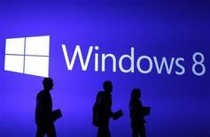 """Les acheteurs de matériel informatique ont boudé les ordinateurs équipés du nouveau système Windows 8 pendant la période des achats de fin d'année pour privilégier les tablettes et les """"smartphones"""", ce qui s'est traduit par une baisse de 4,3% des ventes de PC au quatrième trimestre. /Photo d'archives/REUTERS/Lucas Jackson"""
