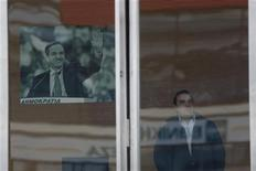 Un impiegato nel quartier generale del partito Nuova Democrazia dopo l'attacco di oggi ad Atene. REUTERS/Yorgos Karahalis