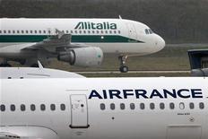 """Consórcio que resgatou Alitalia em 2008 já pode exercer opções sobre as ações da empresa. Ministro italiano Corrado Passera disse que desperdiçar oportunidade com Air France seria """"uma vergonha"""". 07/01/2013 REUTERS/Charles Platiau"""