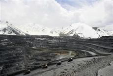 Вид на золотодобывающий рудник Кумтор в Киргизии 31 мая 2011 года. ВВП Киргизии упал в 2012 году на 0,9 процента из-за снижения добычи золота на ключевом предприятии, соучредителем которого выступает канадская Centerra Gold, сообщил Нацстатком. REUTERS/Vladimir Pirogov