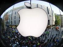 Apple ha recortado los pedidos de pantallas de LCD y otros componentes del iPhone 5 este trimestre ante la débil demanda, informó el lunes Nikkei, en una muestra más de que la firma estadounidense está perdiendo terreno ante sus rivales asiáticos de 'smartphones'. En la imagen, de archivo, el logo de Apple en la tienda de Múnich. REUTERS/Michael Dalder