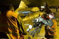 Rebeldes islamistas vinculados con Al Qaeda lanzaron el lunes una contraofensiva después de tres días de bombardeos por parte de cazas franceses sobre sus bastiones en el desértico norte del país, prometiendo arrastrar a Francia a una guerra larga y brutal en tierra. En la imagen, un caza Rafale es armado en la base aérea de Saint Dizier antes de ser desplegado en Mali, en una foto cedida por la oficina de comunicación audiovisual del Ejército francés el 13 de enero de 2013. REUTERS/SGC. Laure-Anne Maucorps/ECPAD/Handout