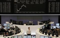 Las bolsas europeas estaban planas en la apertura del lunes pero la energética francesa EDF negociaba con fuerza después de que alcanzara un acuerdo con el gobierno sobre un recargo fiscal. en la imagen, unos operadores en la bolsa de Fráncfort, el 14 de enero de 2013. REUTERS/Remote/Lizza David