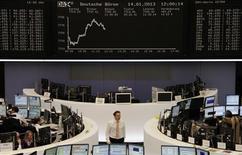 Les Bourses européennes conservent leurs gains lundi à la mi-séance, soutenues par les nouveaux espoirs de reprise de la croissance aux Etats-Unis et en Chine. Vers 12h15 GMT, le Dax prend 0,48%, le FTSE reste stable et le CAC 40 gagne 0,39% à 3.719,94 points. /Photo prise le 14 janvier 2013/REUTERS/Remote/Lizza David