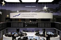 Помещение Франкфуртской фондовой биржи 4 января 2013 года. Европейские акции растут на фоне новостей о слияниях и поглощениях и в ожидании новой порции корпоративной отчетности. REUTERS/Remote/Joachim Herrmann