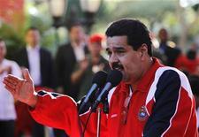 El vicepresidente de Venezuela, Nicolás Maduro, durante un mitin en apoyo al presidente Hugo Chávez en Caracas, ene 10 2013. El vicepresidente de Venezuela, Nicolás Maduro, viajará el viernes a Cuba para visitar al mandatario Hugo Chávez, quien lucha por su vida tras una compleja cirugía por un cáncer a la que se sometió hace un mes en la isla y que ha puesto en duda su continuidad en el poder. REUTERS/Carlos Garcia Rawlins