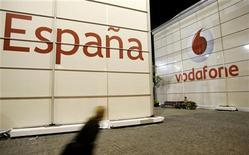 En raison de la guerre des prix entre les opérateurs et des difficultés économiques du pays, la filiale espagnole de Vodafone pourrait supprimer, selon une source syndicale, jusqu'à un quart de ses 4.300 postes. /Photo d'archives/ REUTERS/Gustau Nacarino